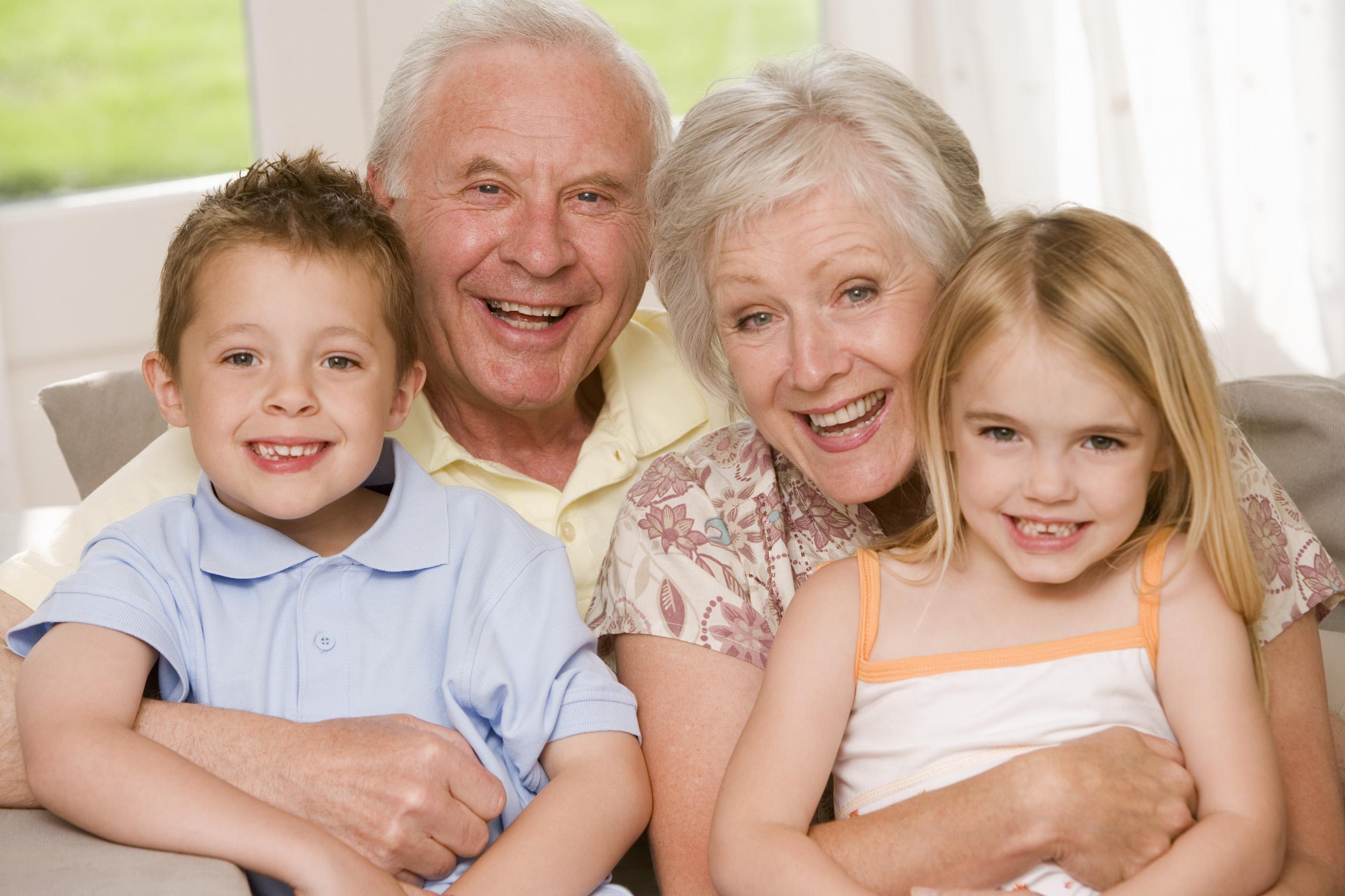 IMPALA - DEPARTAMENTO DE DIREITOS - ARQUIVO IMPALA - TODAS AS REVISTAS - ROYALTY FREE – FAMILIA children, 80-89, years, boy, half-length, 75-80, embracing, grandchildren, people, caucasian, gray, adults, smiling, portrait, grey, family, elderly, small, t