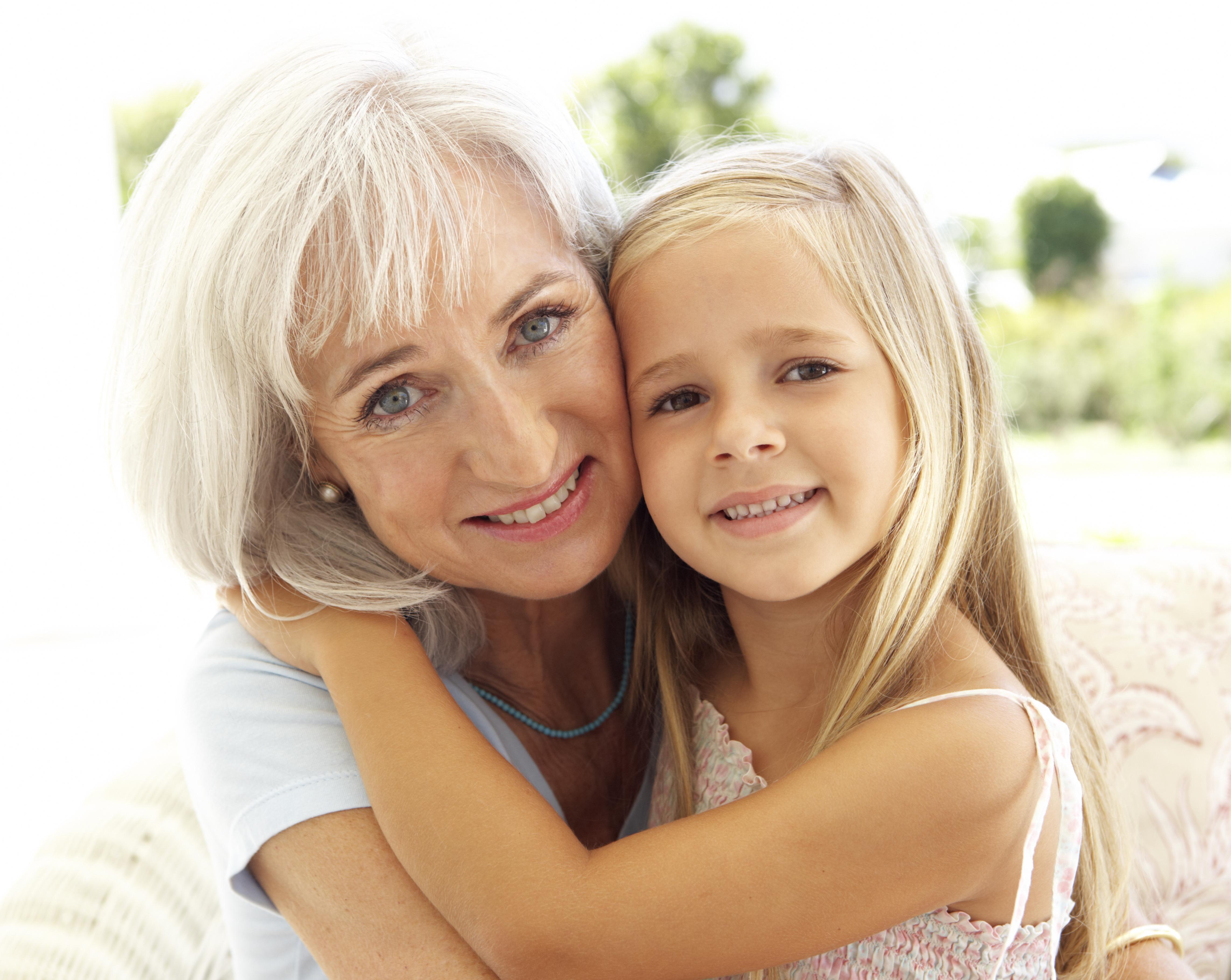 IMPALA - DEPARTAMENTO DE DIREITOS - ARQUIVO IMPALA - TODAS AS REVISTAS - ROYALTY FREE - FAMILIA Retrato de avó e neta, ternura, carinho, felicidade, rostos colados, sorriso, boa disposição Portrait Of Grandmother With Granddaughter Relaxing Together On Sof