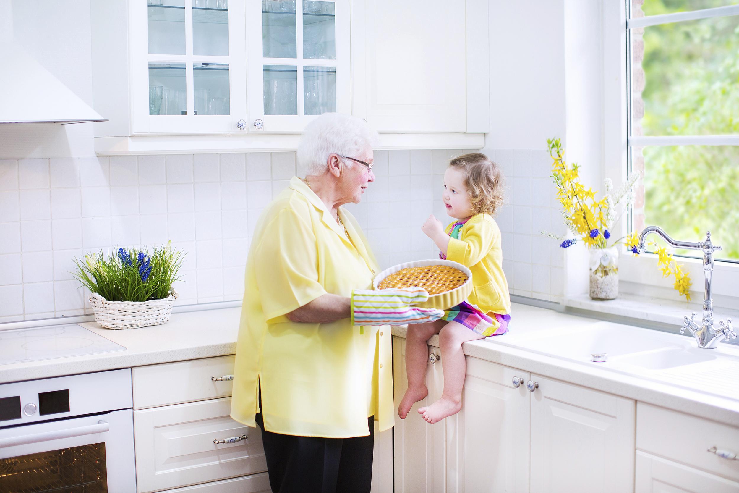 IMPALA - DEPARTAMENTO DE DIREITOS - ARQUIVO IMPALA - TODAS AS REVISTAS - ROYALTY FREE – FAMILIA - avó com neta Beautiful grandmother with her granddaughter baking pie in white kitchen