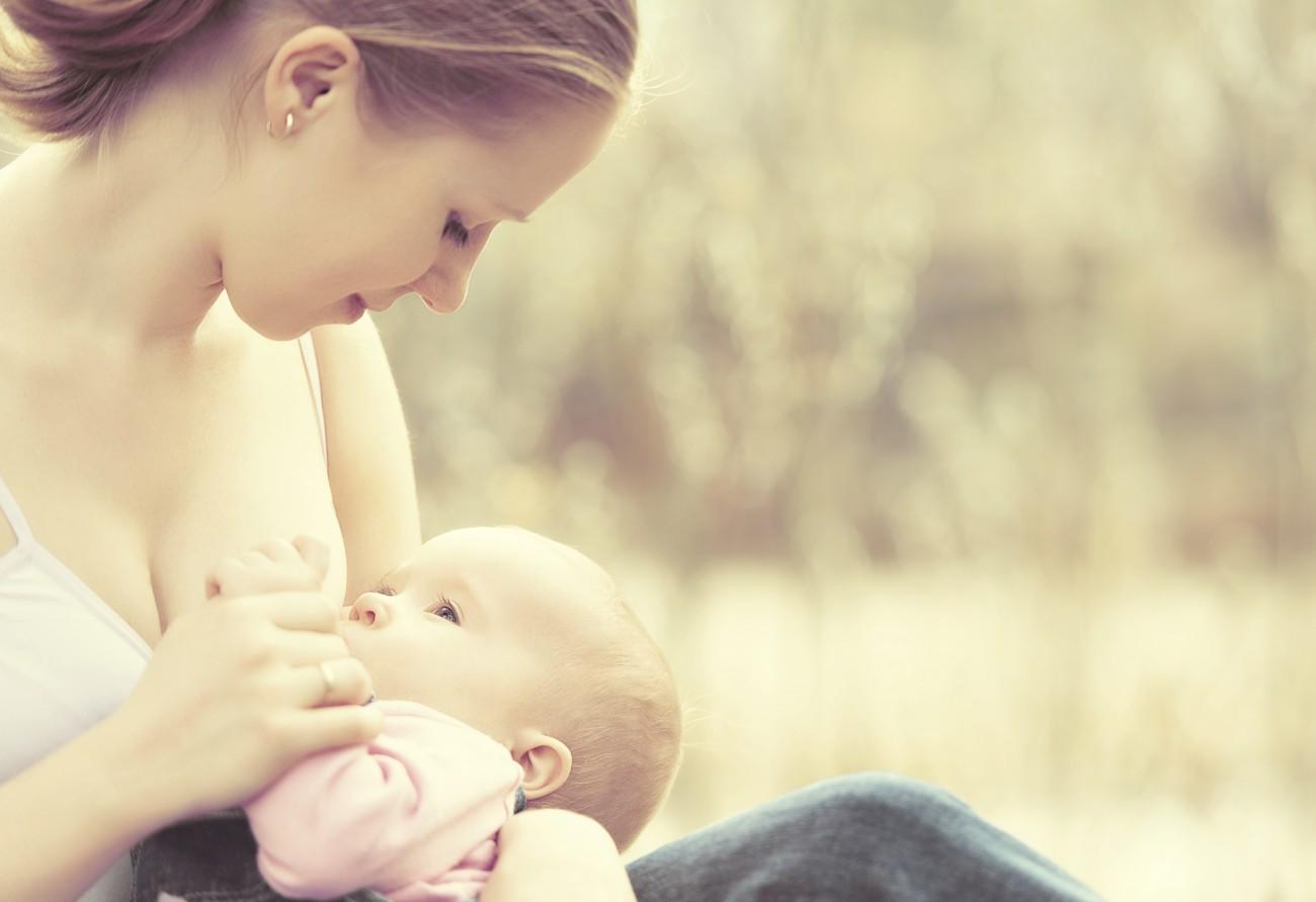 IMPALA - DEPARTAMENTO DE DIREITOS - ARQUIVO IMPALA - TODAS AS REVISTAS - ROYALTY FREE – FAMILIA Mãe a amamentar o bebé mother feeding her baby in nature outdoors