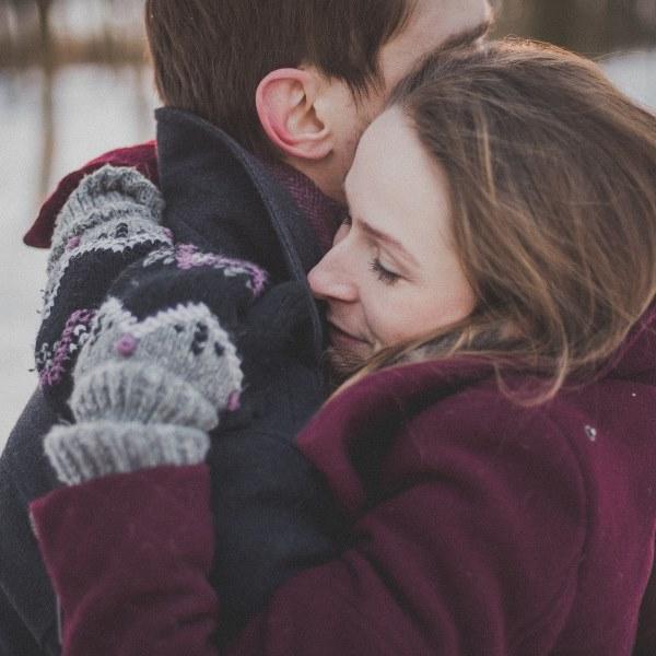 Sabia que um abraço pode trazer benefícios à saúde? Descubra quais...