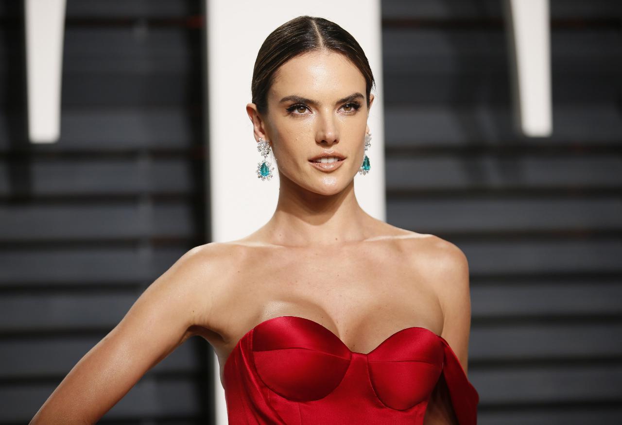 dc51d414e Alessandra Ambrosio surge em topless - Maria.pt