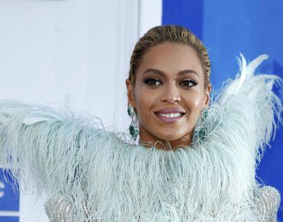 Decote de Beyoncé causa polémica. Veja aqui!