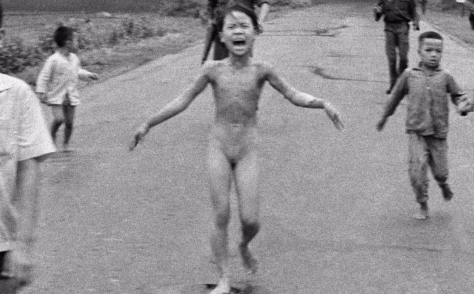 Toda a gente conhece esta foto. Sabe o que é feito desta menina?