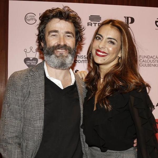 Já de aliança no dedo, Catarina Furtado conduz conferência com o apoio do marido