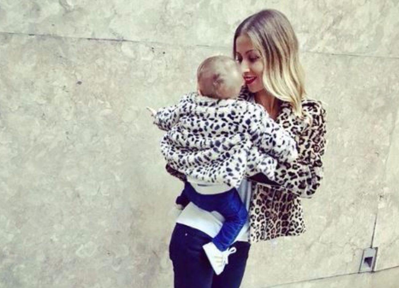 O que faz a bebé Beatriz enquanto Laura Figueiredo passa a ferro? Veja a foto!