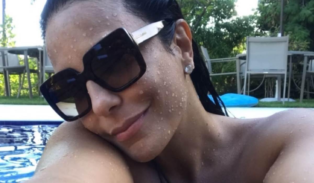 Ivete Sangalo, grávida de oito meses, surpreende ao surgir a nadar na piscina!