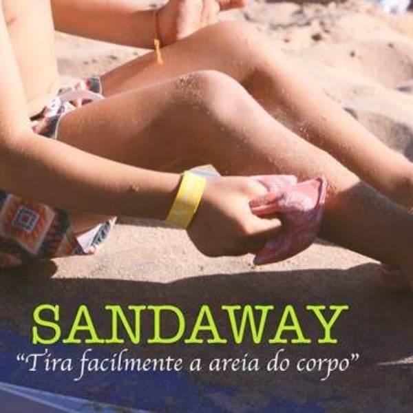 SandAway é a almofada milagrosa que remove facilmente a areia do corpo