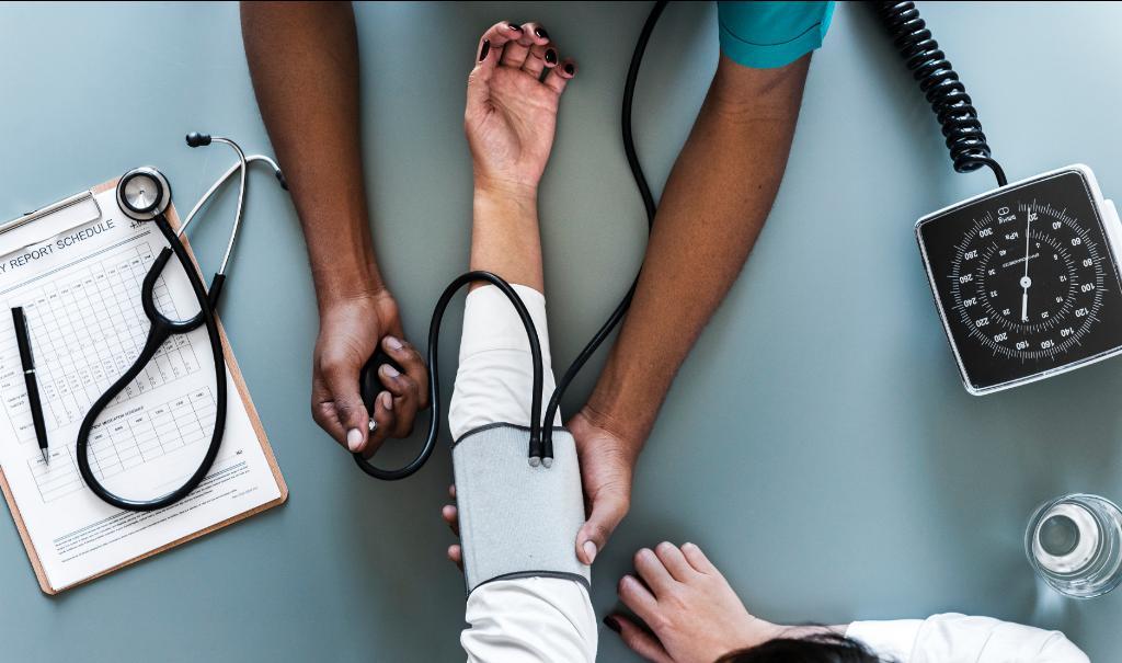 Consultar o médico se a criança tiver diarreia ou febre e ter especial cuidado com a hidratação;