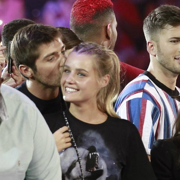 Que tímidos! Lourenço Ortigão e Kelly Bailey dão beijinho em palco... mas só na testa