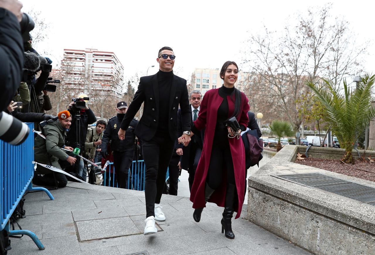 Cristiano Ronaldo e Georgina Rodríguez em tribunal