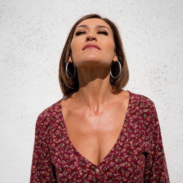 Fátima Lopes surpreende com companhia especial na praia