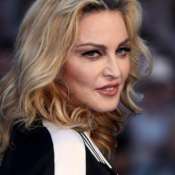 Madonna assume novo amor com homem 36 anos mais novo! Veja a imagem do beijo apaixonado
