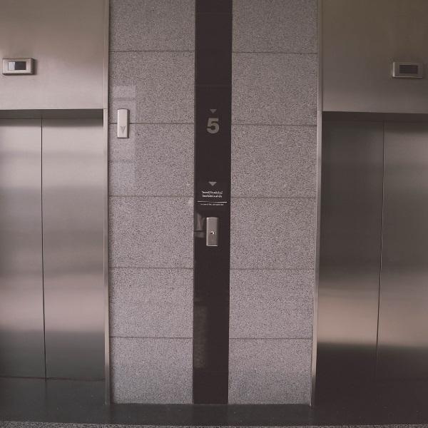 «Surgiu uma nova vizinha e fizemos amor no elevador»