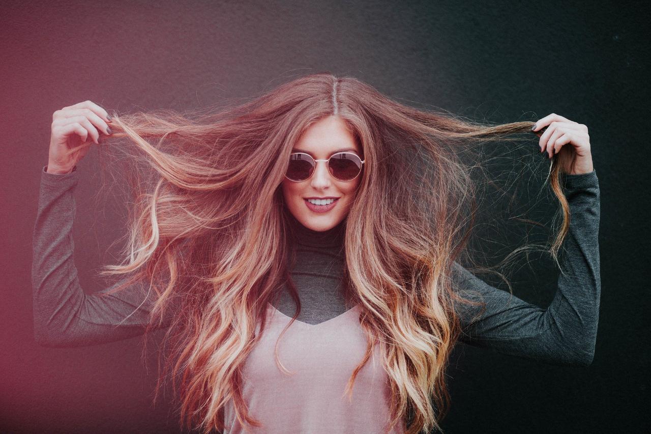 Evite passar as mãos no cabelo ao longo do dia