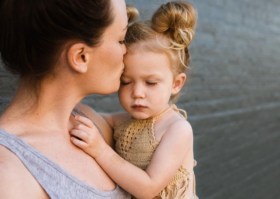 abraço mãe filhos Pixabay