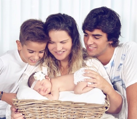 Katia Aveiro e os filhos com a pequena Valentina