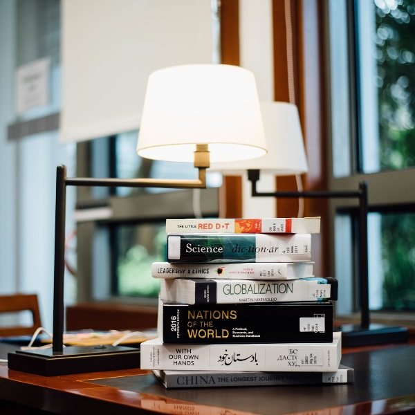 Pessoas que lêem antes de dormir ganham mais dinheiro!