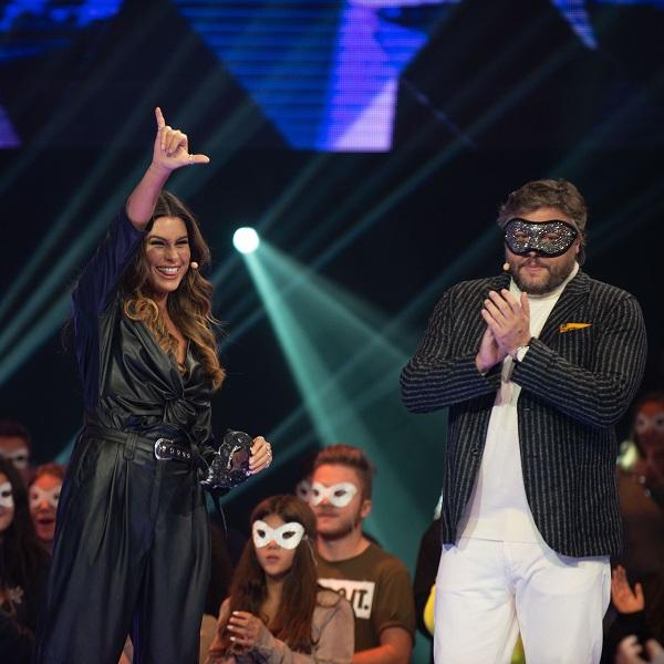 A Máscara: Carolina Loureiro apanhada a fazer batota para descobrir concorrentes