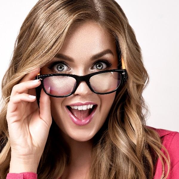 Maquilhagem para brilhar com óculos