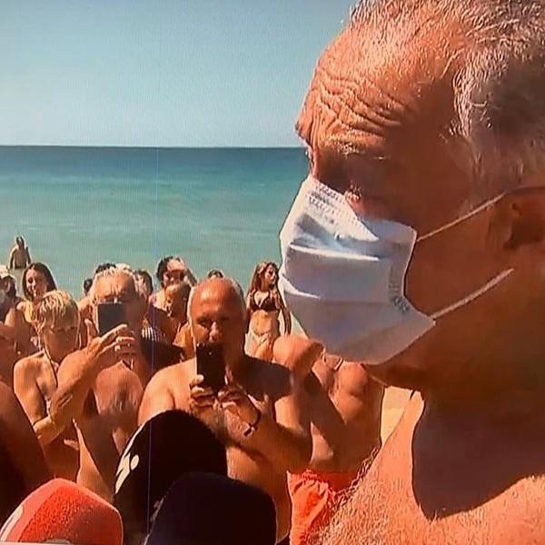 Marcelo Rebelo de Sousa salva dois banhistas no mar. Vídeos das férias no Algarve