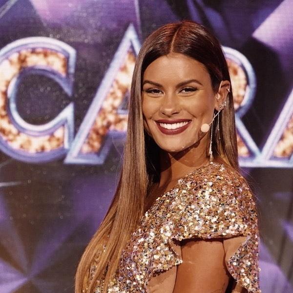Carolina Loureiro de partida para o Brasil com namorado. Vitor Kley está radiante