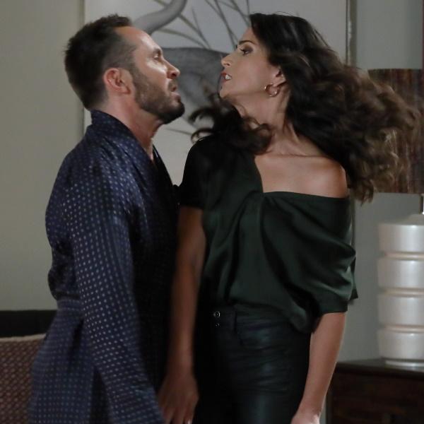 Amar Demais: Raul confronta Ema com Zeca e agride-a