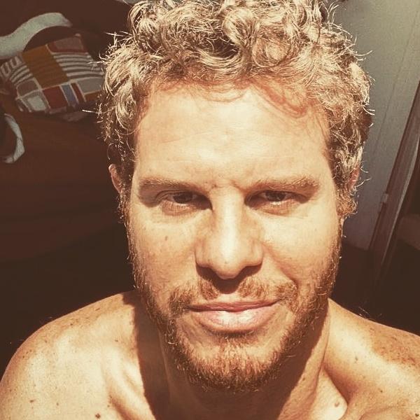 Nuno Gil: Ator da TVI mostra-se completamente nu na praia