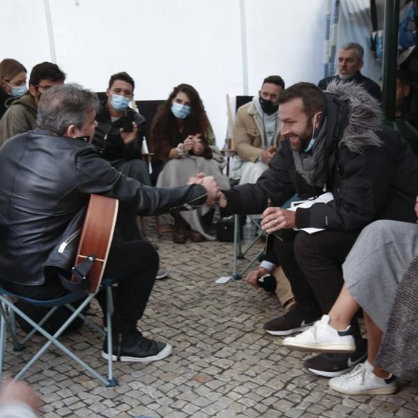 Toy canta para manifestantes em greve de fome na Assembleia da República! FOTOS