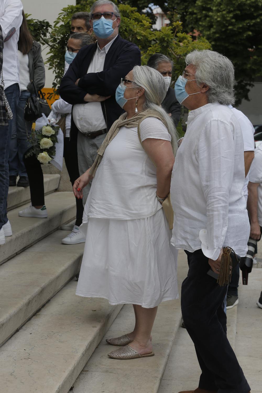 Paula Carvalho e o marido no velório de Maria João Abreu