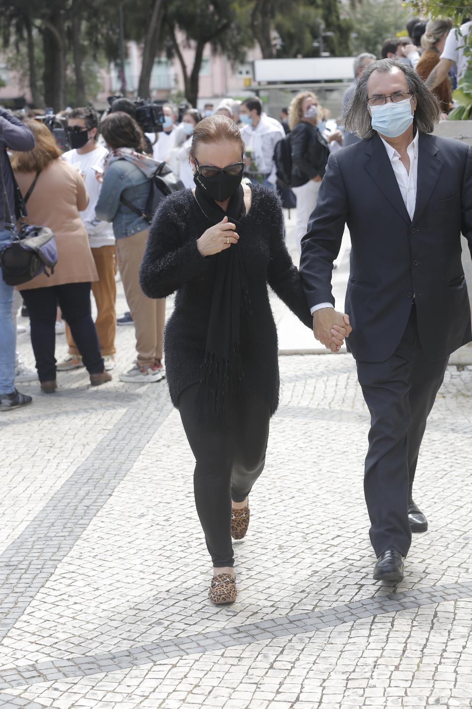 Carla Andrino com o marido no velório de Maria João Abreu