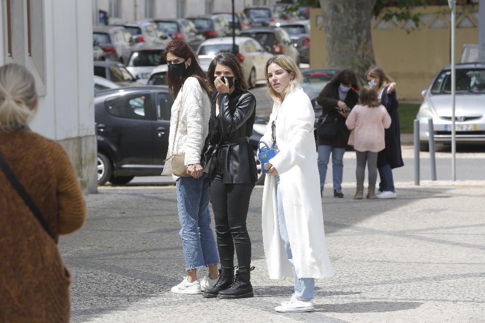 Isabela Valadeiro, Carolina Carvalho e Bárbara Lourenço no velório de Maria João Abreu