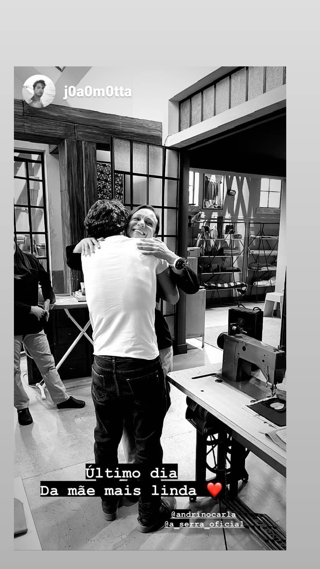 Atores mostram fim de gravações de A Serra