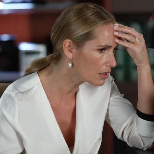 Amar Demais: Vanda perde a cabeça e ataca Evelina. Luís mostra-se implacável com a mãe