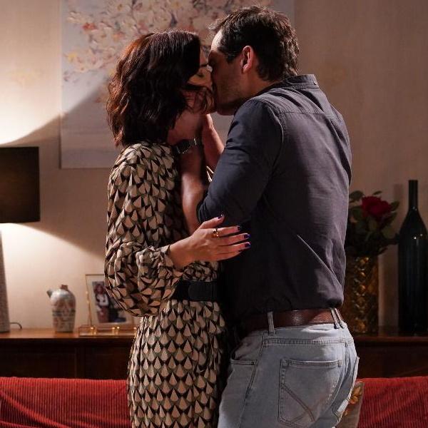 Amor Amor: Bruno não resiste e beija Linda. Sem esconder a tristeza, Cátia vê tudo
