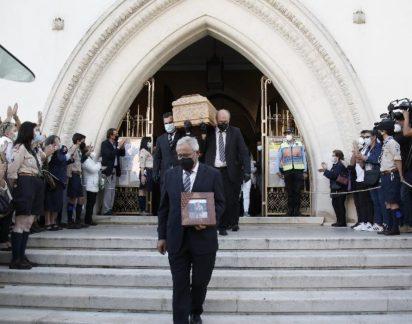 Corpo de Maria João Abreu já saiu da igreja. As imagens do último adeus