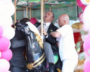 Amar Demais: Peter sente-se mal durante o casamento. Vanda é levada pela polícia