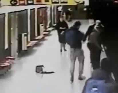 Simplesmente arrepiante: Jovem salva bebé de 2 anos de ser atropelado por comboio (vídeo)