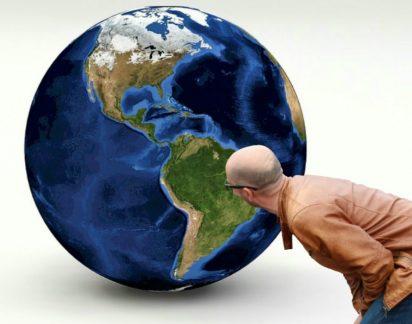 Língua oficial em Portugal é o espanhol e a Terra é plana, acreditam os americanos