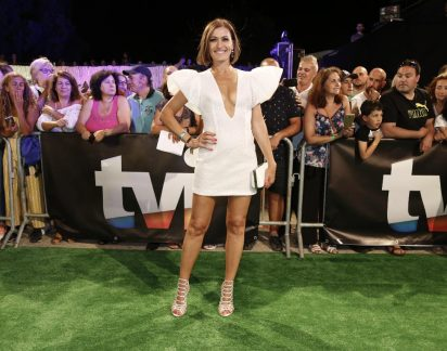 Fátima Lopes com mini vestido e mega decote na festa do momento