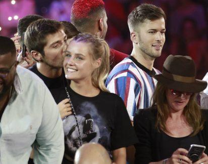 Que tímidos! Lourenço Ortigão e Kelly Bailey dão beijinho em palco… mas só na testa